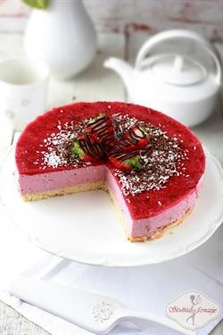 Lekki jogurtowy torcik truskawkowy