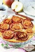 Jabłecznik z różami i kremem waniliowym