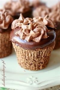 Babeczki czekoladowe z nugatową czapą i kakaową bezą