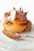 Brzoskwinie nadziewane marcepanem otulone chrupiącą bezą