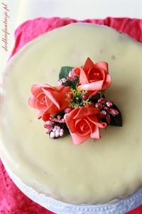 Tort z kremem z białej czekolady i truskawek