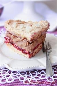 Tort z bezą, przekładany masą wiśniową i czekoladową